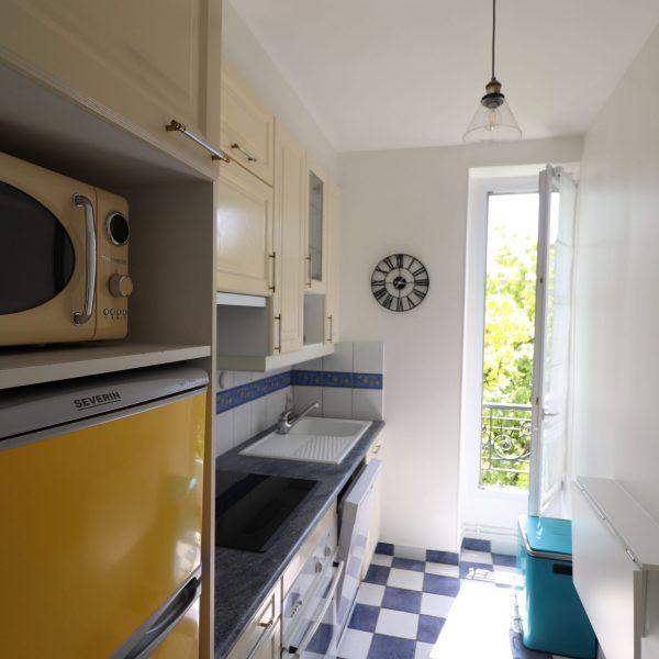 cuisine renovée jaune et bleue