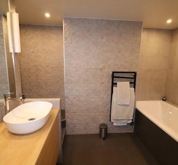 10-salle de bain douche renove.JPG