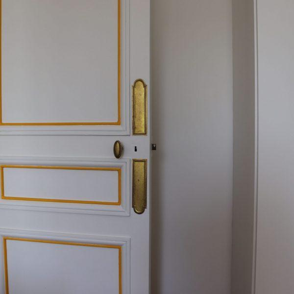 porte soulignée en jaune